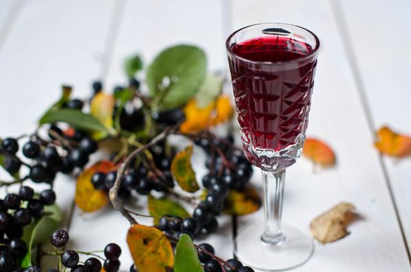 Простое вино из черноплодной рябины в домашних условиях
